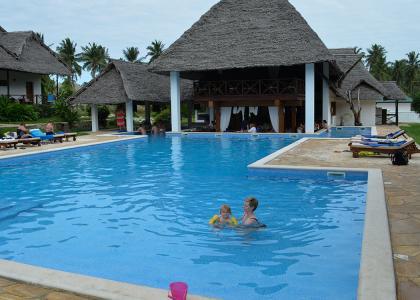 En anden swimmingpool i et fredeligt område