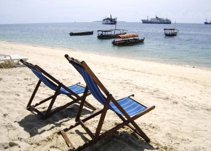 Liggestole til fri afbenyttelse på stranden i Stone Town